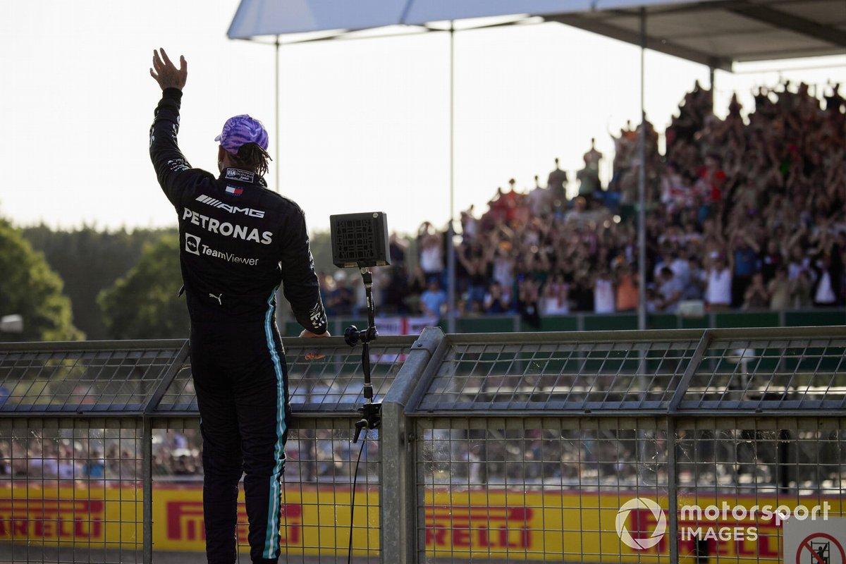 Lewis Hamilton, Mercedes, si arrampica sulla recinzione dopo essersi assicurato la pole