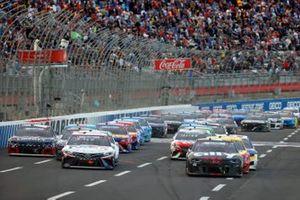 Alex Bowman, Hendrick Motorsports, Chevrolet Camaro Ally Patriotic, Denny Hamlin, Joe Gibbs Racing, Toyota Camry FedEx Freight restart