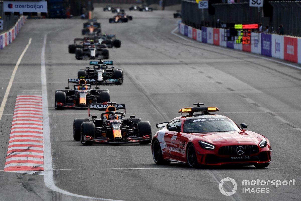 El Safety Car Max Verstappen, Red Bull Racing RB16B, Sergio Pérez, Red Bull Racing RB16B, Lewis Hamilton, Mercedes W12