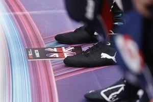 De schoenen van Lewis Hamilton, Mercedes W12, op de grid