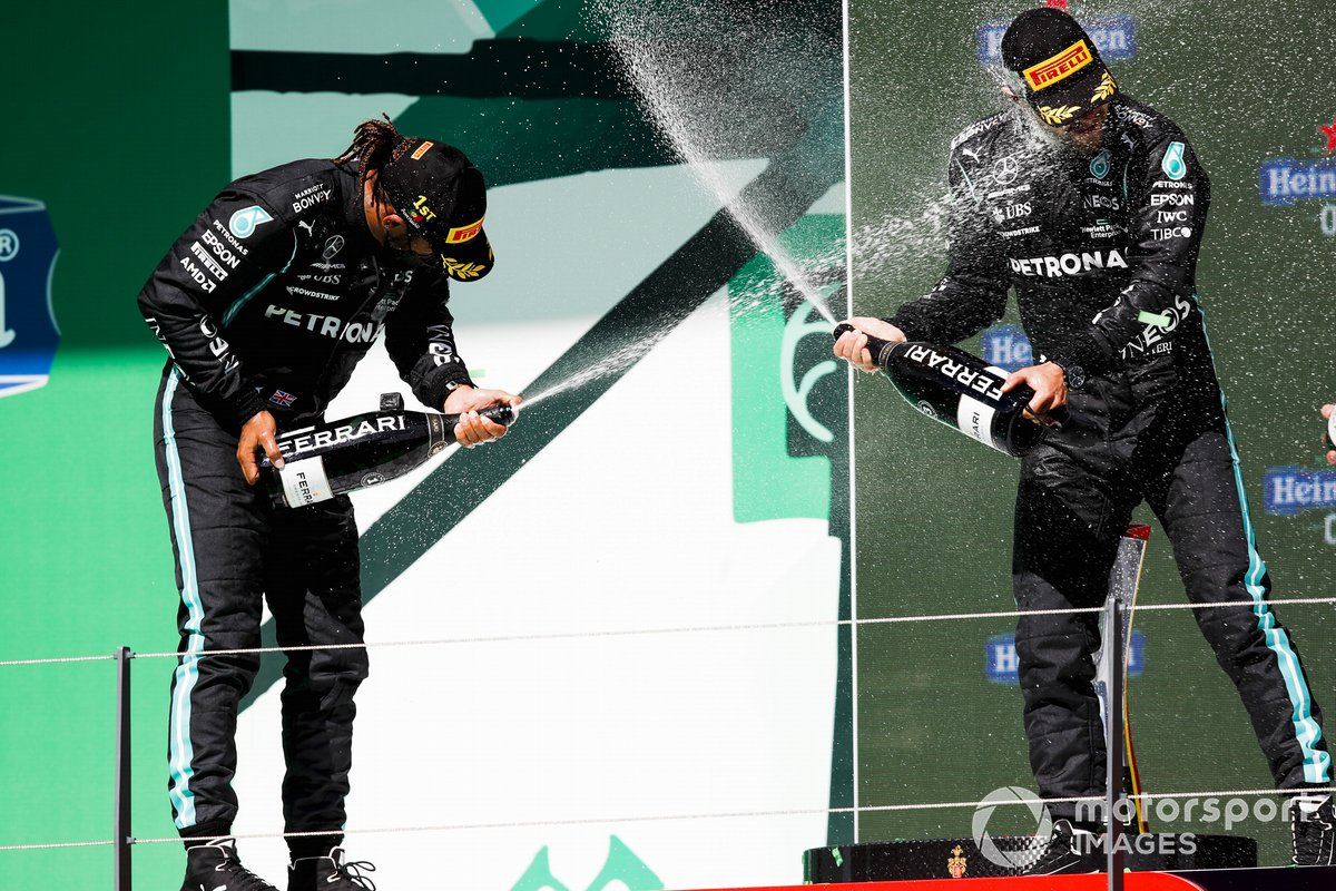Podio: ganador de la carrera Lewis Hamilton, Mercedes, y el tercer lugar Valtteri Bottas, Mercedes