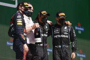 Max Verstappen, Red Bull Racing, 2e plaats, Lewis Hamilton, Mercedes, 1e plaats, en Valtteri Bottas, Mercedes, 3e plaats, op het podium