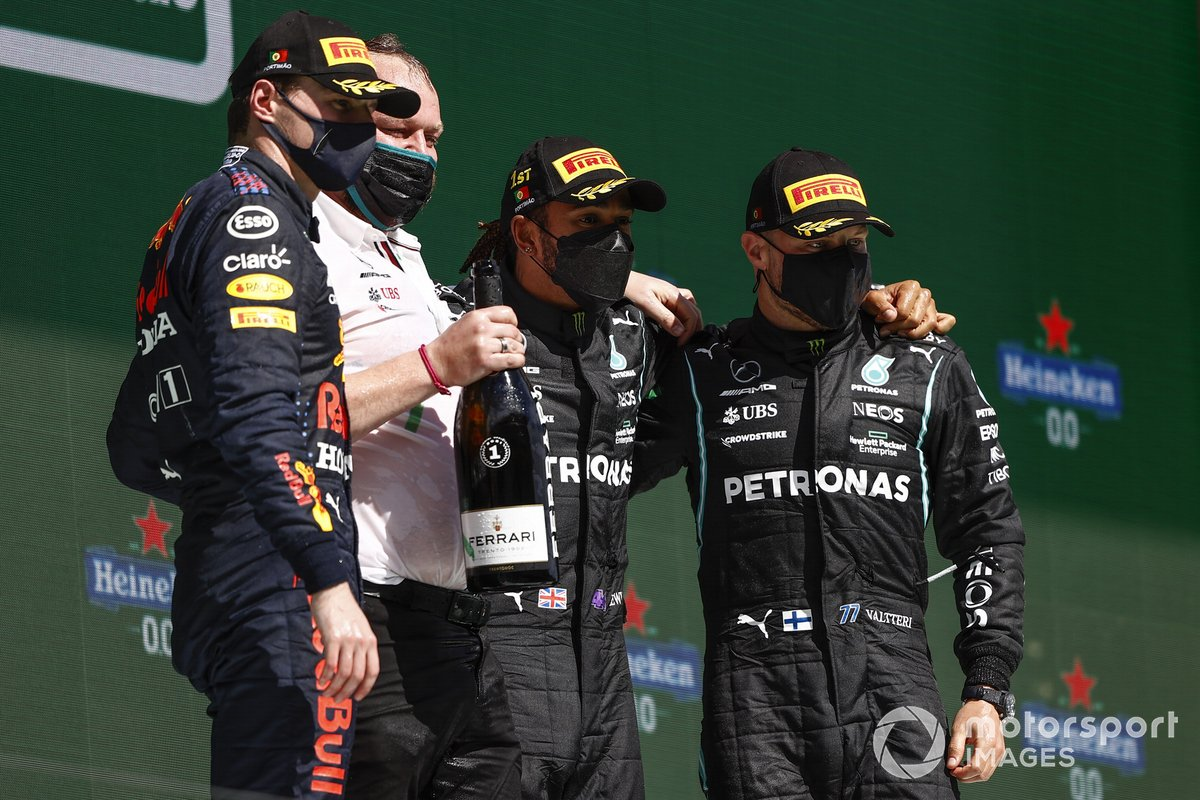 Podio: ganador de la carrera Lewis Hamilton, Mercedes, segundo lugar Max Verstappen, Red Bull Racing y el tercer lugar Valtteri Bottas, Mercedes