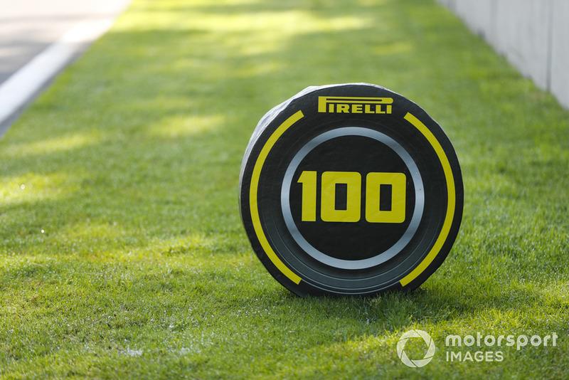Penanda titik pengereman 100 meter dengan branding Pirelli