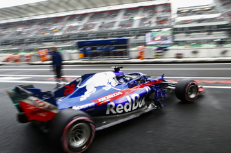 Brendon Hartley, Toro Rosso STR13, leaves the garage