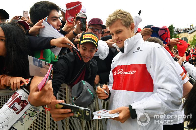 Marcus Ericsson, Sauber, posa per un selfie con un tifoso