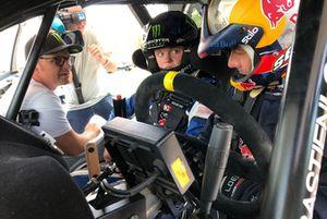Sebastien Loeb donne des conseils à Oliver Solberg, sous les yeux de son père Petter Solberg