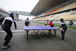 Les pilotes Toyota jouent au tennis de table