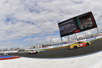 Kyle Busch, Joe Gibbs Racing, Toyota Camry M&M's, Kevin Harvick, Stewart-Haas Racing, Ford Fusion Jimmy John's New 9-Grain Wheat Sub