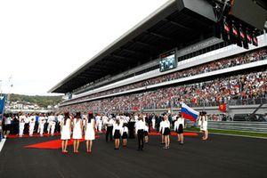 Les pilotes et des dignitaires russes sur la grille pendant l'hymne