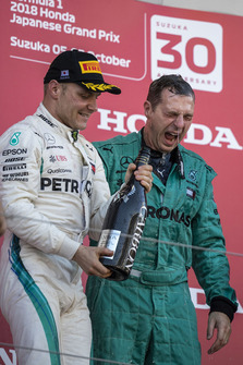Valtteri Bottas, Mercedes AMG F1 and Matt Deane, Mercedes AMG F1 Chief Mechanic celebrate with the champagne on the podium