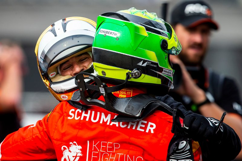 Helio Castroneves abraza a Mick Schumacher