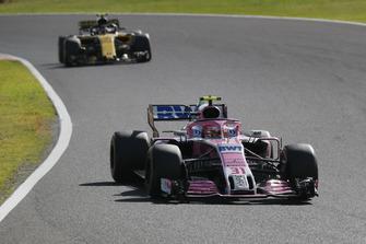 Esteban Ocon, Racing Point Force India VJM11 voor Carlos Sainz Jr., Renault Sport F1 Team R.S. 18