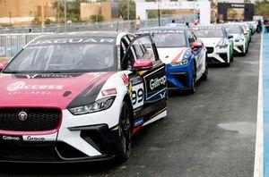 Simon Evans, Team Asia New Zealand, in attesa di condurre le altre auto fuori dalla pit lane