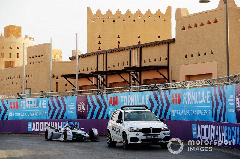 Felipe Massa, Venturi Formula E, Venturi VFE05, returns to the pits via a tow truck