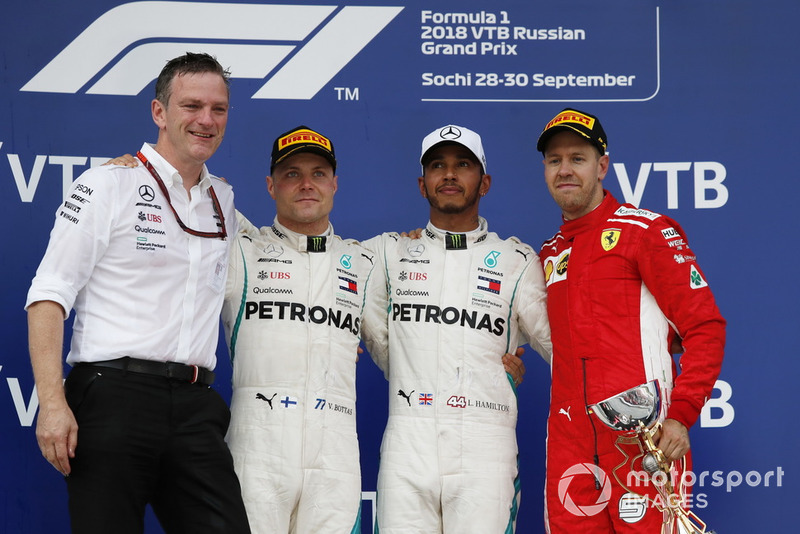 (Ki-ka): James Allison, Mercedes AMG F1 Technical Director, Valtteri Bottas, Mercedes AMG F1, Lewis Hamilton, Mercedes AMG F1 dan Sebastian Vettel, Ferrari on the podium