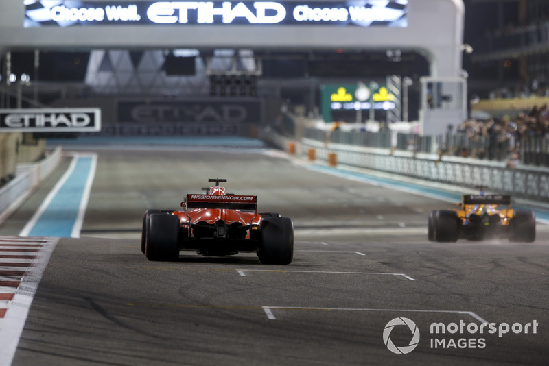 Sebastian Vettel, Ferrari SF71H y Fernando Alonso, McLaren MCL33