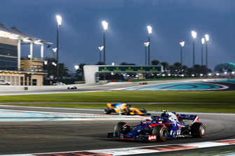 Pierre Gasly, Scuderia Toro Rosso STR13 leads Fernando Alonso, McLaren MCL33