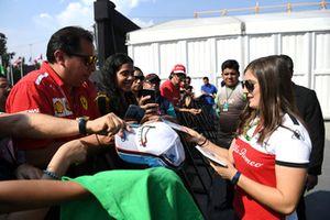 Tatiana Calderon, pilote de développement d'Alfa Romeo Sauber F1 Team signe des autographes