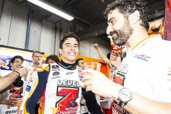 MotoGP-Weltmesiter 2018: Marc Marquez, Repsol Honda Team, mit Santi Hernandez