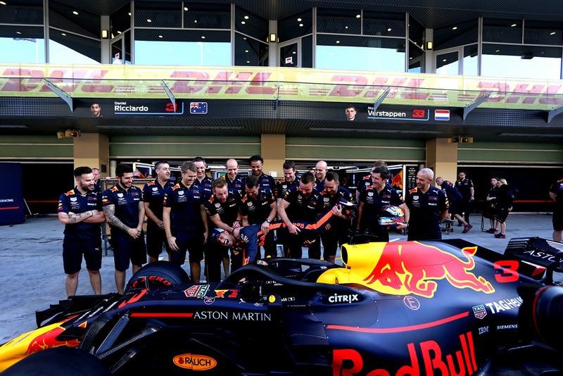 Daniel Ricciardo, Red Bull Racing ve mekanikerler Red Bull Racing takım fotoğrafında