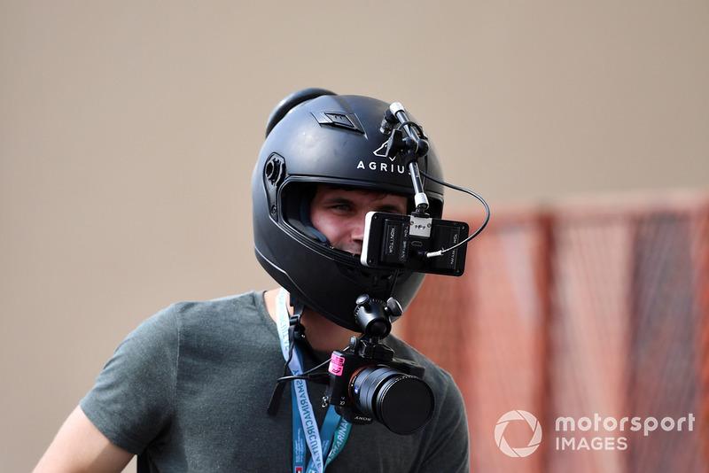 Fan con cámaras en un casco