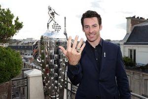 Simon Pagenaud con il Borg-Warner Trophy a Parigi
