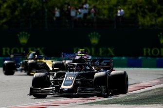 Kevin Magnussen, Haas F1 Team VF-19, voor Lance Stroll, Racing Point RP19, en Daniel Ricciardo, Renault F1 Team R.S.19