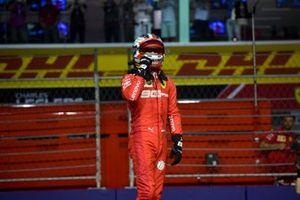 Le poleman Charles Leclerc, Ferrari, dans le parc fermé