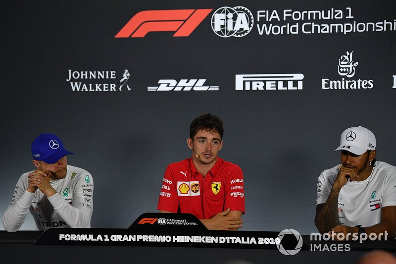 Valtteri Bottas, Mercedes AMG F1, secondo classificato, Charles Leclerc, Ferrari, primo classificato, e Lewis Hamilton, Mercedes AMG F1, terzo classificato alla conferenza stampa