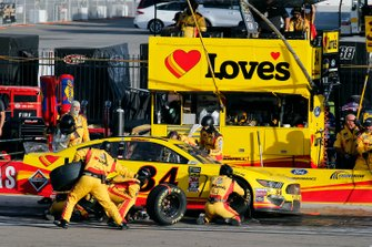 Michael McDowell, Front Row Motorsports, Ford Mustang Love's Travel Stops pit stop