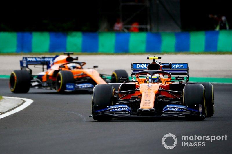 Lando Norris, McLaren MCL34, devant Carlos Sainz Jr., McLaren MCL34