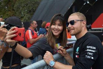 Valtteri Bottas, Mercedes AMG F1 fa un selfie con un fan