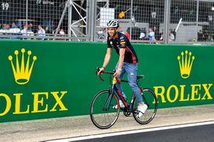 Pierre Gasly, Red Bull Racing gira sulla pista con una bici