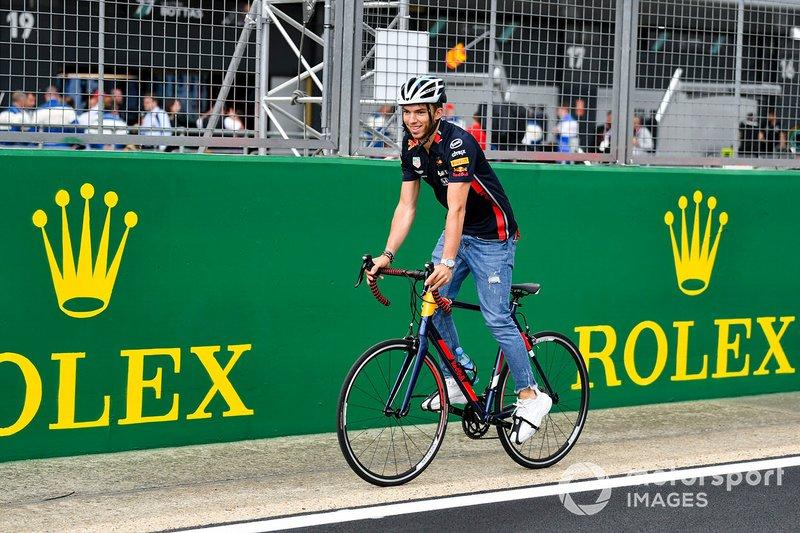 Pierre Gasly, Red Bull Racing recorre la pista en bici