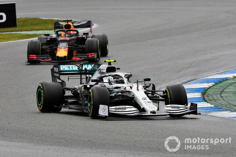 Valtteri Bottas, Mercedes AMG W10, precede Max Verstappen, Red Bull Racing RB15