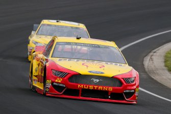 Joey Logano, Team Penske, Ford Mustang Shell Pennzoil and Erik Jones, Joe Gibbs Racing, Toyota Camry STANLEY