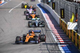 Carlos Sainz Jr., McLaren MCL34, voor Valtteri Bottas, Mercedes AMG W10, en Lando Norris, McLaren MCL34