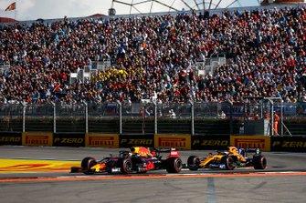 Max Verstappen, Red Bull Racing RB15, voor Carlos Sainz Jr., McLaren MCL34