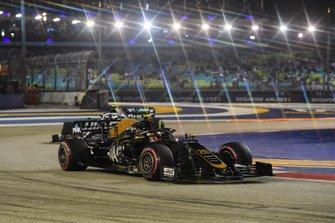 Kevin Magnussen, Haas F1 Team VF-19 and Valtteri Bottas, Mercedes AMG W10