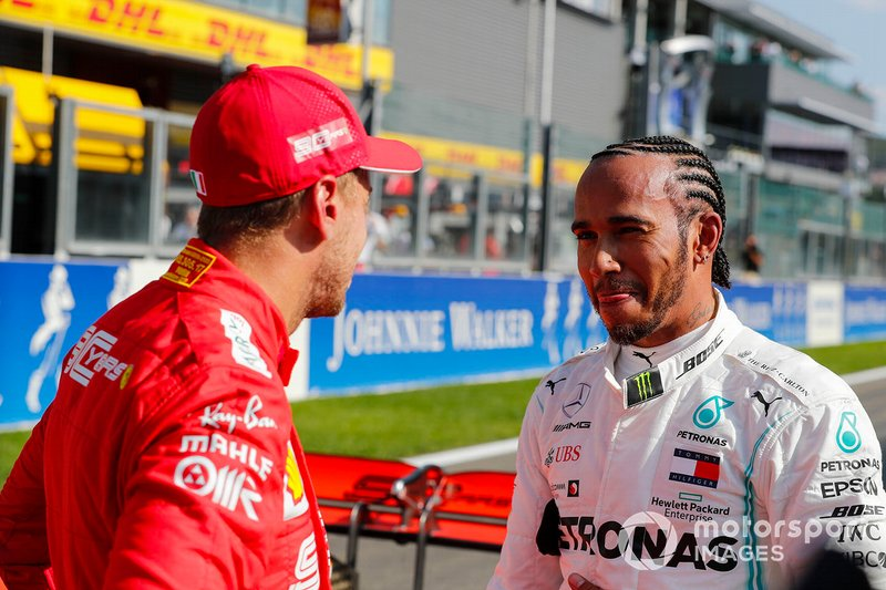 Lewis Hamilton, Mercedes AMG F1, y Sebastian Vettel, Ferrari, después de la calificación