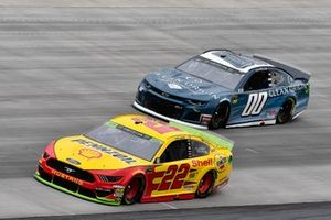 Joey Logano, Team Penske, Ford Mustang Shell Pennzoil, Landon Cassill, StarCom Racing, Chevrolet Camaro Clean Origin