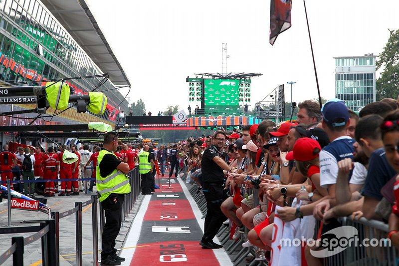 Aspectos en el pitlane con fans