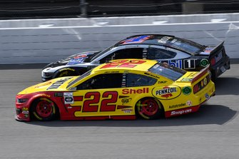 Joey Logano, Team Penske, Ford Mustang Shell Pennzoil abd Kevin Harvick, Stewart-Haas Racing, Ford Mustang Mobil 1