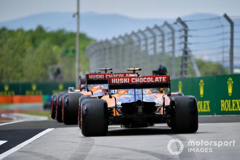 Carlos Sainz Jr., McLaren MCL34, precede Lando Norris, McLaren MCL34, fuori dai box