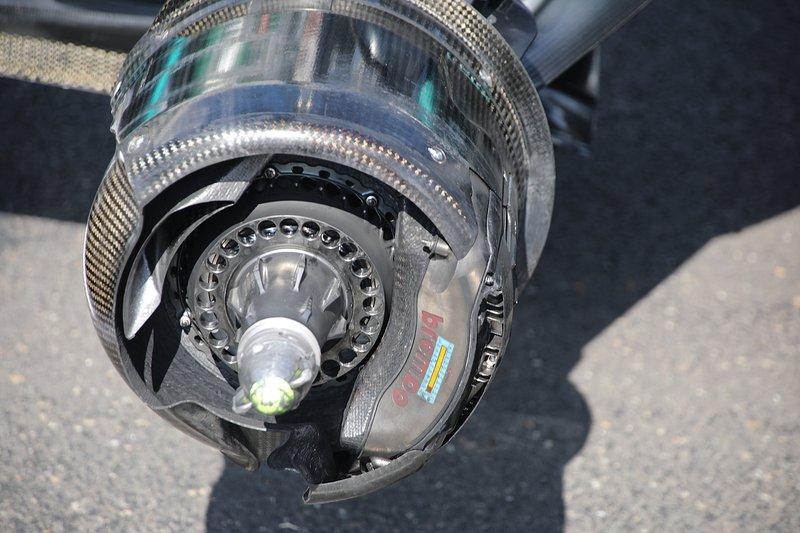 Dettaglio del freno della Mercedes F1 AMG W10