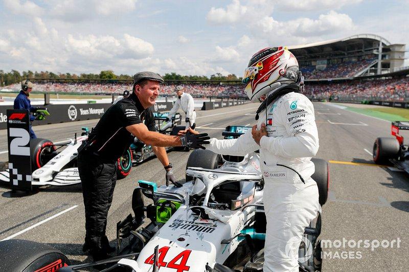 Ganador de la pole Lewis Hamilton, Mercedes AMG F1 y el mecánico Mercedes AMG F1 celebran en el Parc Ferme