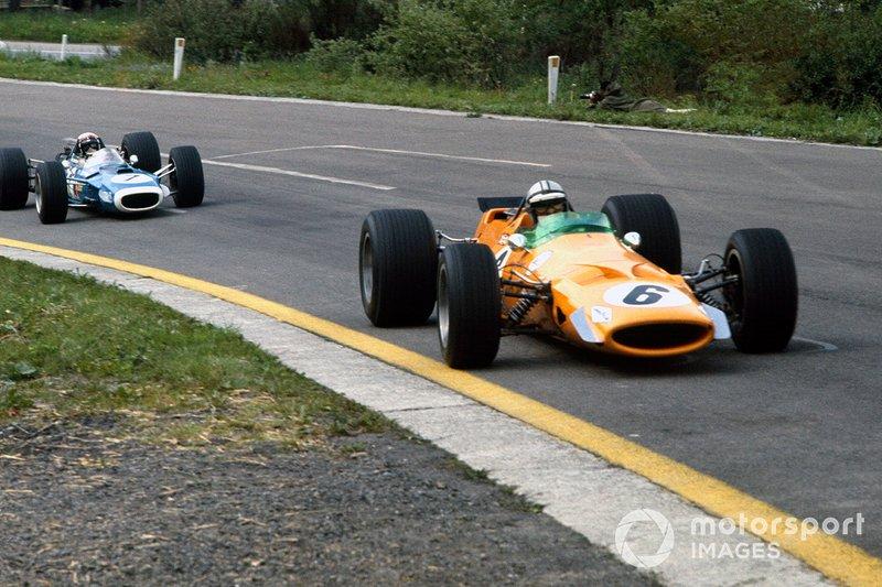 Так как Икс еще до этого потерял скорость, а еще несколько гонщиков, включая лидера сезона Хилла, также сошли, гонку возглавили Денни Хьюм на McLaren и Джеки Стюарт на Matra