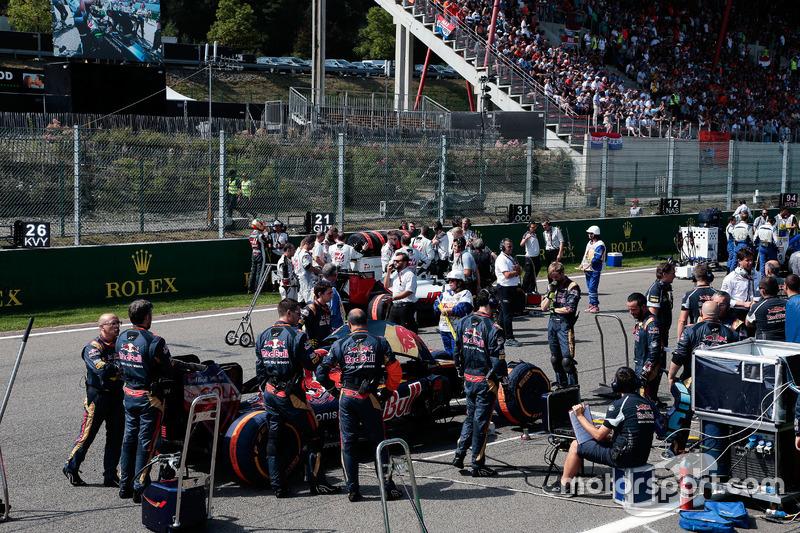 Daniil Kvyat, Scuderia Toro Rosso STR11 on the grid