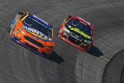 Ricky Stenhouse Jr., Roush Fenway Racing Ford, et Clint Bowyer, HScott Motorsports Chevrolet